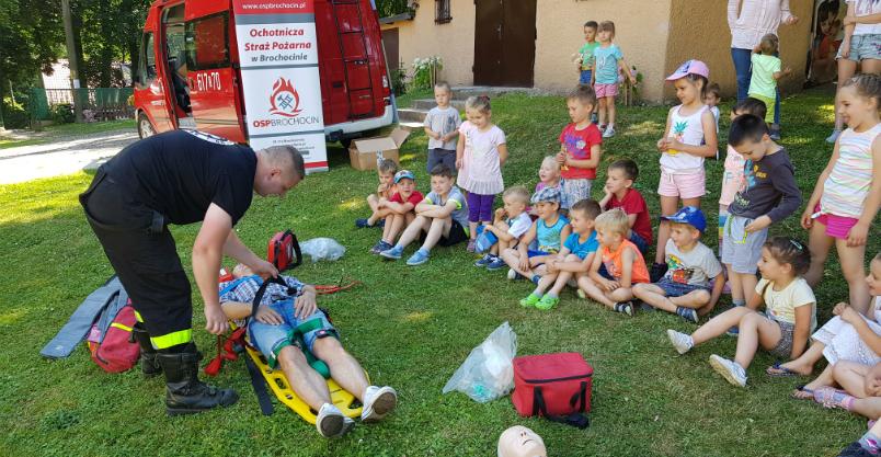 Duzi strażacy szkolili małych. Wyposażyli ich w wakacyjne apteczki