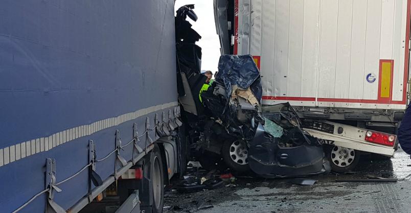 Tiry zmiażdżyły osobówkę – nie żyje kierowca. Autostrada zablokowana