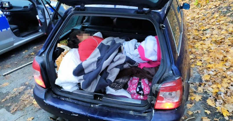 Podróż 8-osobowej rodziny samochodem osobowym mogła zakończyć się tragicznie